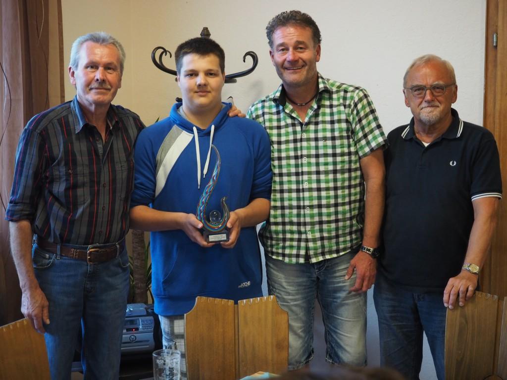 Der jüngste Sänger Tobias Bork (mit Pokal) Heinz Stockhausen, Hansel Busch und Chorleiter Hubertus Schönauer.